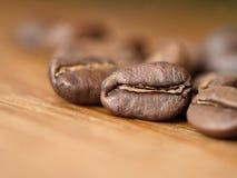 Feche acima do tiro de feijões de café frescos imagem de stock