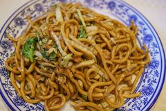 Feche acima do tiro de macarronetes deliciosos da fritada do estilo de Shanghai imagem de stock