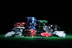 Feche acima do tiro de microplaquetas de pôquer do grupo na tabela verde Fotos de Stock Royalty Free