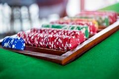 Feche acima do tiro de microplaquetas de pôquer do grupo na tabela verde fotografia de stock royalty free