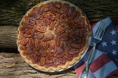 Feche acima do tiro de refrigerar do tarte de pecan Tarte de pecan caseiro clássico americano Tortas de Amish Guardanapo uma band foto de stock royalty free