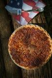Feche acima do tiro de refrigerar do tarte de pecan Tarte de pecan caseiro clássico americano Tortas de Amish Guardanapo uma band imagem de stock