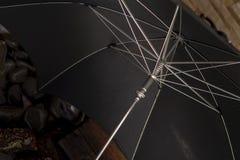 Feche acima do tiro de um guarda-chuva 1950 antigo do preto do ` s, conceito do vintage Foto de Stock Royalty Free