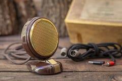 Feche acima do tiro de um microfone da antiguidade 50s com cabos e caixa Imagem de Stock