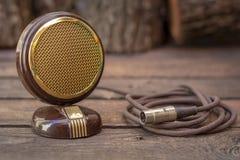 Feche acima do tiro de um microfone da antiguidade 50s com cabos e caixa Imagem de Stock Royalty Free