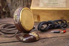 Feche acima do tiro de um microfone da antiguidade 50s com cabos e caixa Foto de Stock