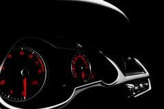 Feche acima do tiro de um velocímetro em um carro Painel do carro Detalhes do painel com lâmpadas da indicação Painel de instrume imagem de stock