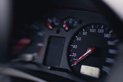 Feche acima do tiro de um velocímetro em um carro Imagem de Stock Royalty Free