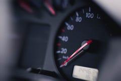 Feche acima do tiro de um velocímetro no carro foto de stock