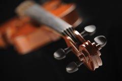Feche acima do tiro de um violino imagens de stock