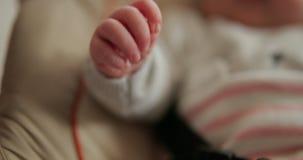 Feche acima do tiro de uma mão dos bebês vídeos de arquivo