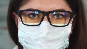 Feche acima do tiro de uma mulher com uma visão pobre que olhe como uma enfermeira vídeos de arquivo