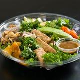 Feche acima do tiro de uma salada verde saudável Fotos de Stock Royalty Free