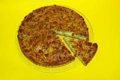 Feche acima do tiro de uma torta vegetal recentemente cozida no fundo amarelo foto de stock
