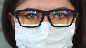 Feche acima do tiro de vidros vestindo de uma mulher, é uma enfermeira ou um doutor filme