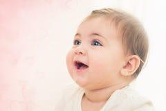 Feche acima do tiro do bebê de sorriso feliz com olhos azuis FO macias Imagens de Stock Royalty Free