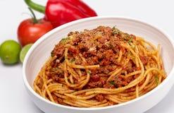 Feche acima do tiro dos espaguetes com molho de tomate triturado da carne foto de stock