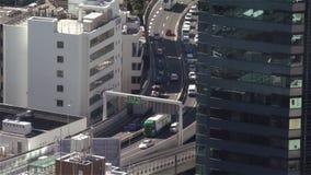 Feche acima do tiro estático de uma autoestrada ocupada no Tóquio central filme