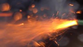 Feche acima do tiro macro do foguete de queimadura do fusível Ajustando o fogo ao feltro de lubrificação da bomba filme
