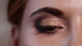 Feche acima do tiro do olho cinzento-azul da mulher adulta que pisca e fecha seu olho filme
