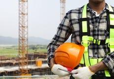 Feche acima do trabalhador da construção que guardara o capacete