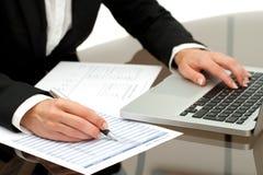 Feche acima do trabalho das mãos de mulher de negócio. Fotos de Stock
