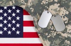 Feche acima do uniforme militar na bandeira dos EUA Fotos de Stock
