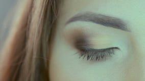 Feche acima do vídeo dos olhos azuis da mulher no estúdio filme