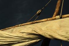 Feche acima do a vela de um barco do dhow no console de Zanzibar Fotografia de Stock
