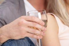 Feche acima do vidro da terra arrendada da mão do vinho branco Foto de Stock Royalty Free