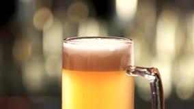 Feche acima do vidro lentamente de giro da cerveja video estoque