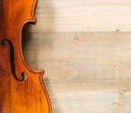 Feche acima do violino no assoalho de madeira Imagens de Stock