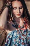 Feche acima dos acessórios vestindo do boho da jovem mulher atrativa Imagens de Stock Royalty Free