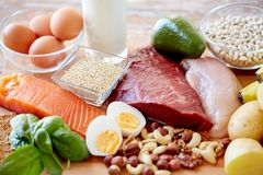 Feche acima dos alimentos diferentes na tabela Foto de Stock Royalty Free
