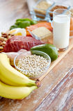 Feche acima dos alimentos diferentes na tabela Imagem de Stock Royalty Free