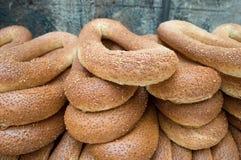 Feche acima dos bagels do pão com sesam Imagens de Stock Royalty Free