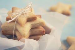Feche acima dos biscoitos dados forma estrela da cookie em uma caixa horizontal Imagem de Stock