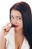 Feche acima dos bordos da mulher que mordem uma barra de chocolate Imagem de Stock
