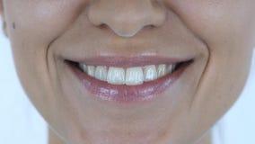 Feche acima dos bordos de sorriso da menina, fundo branco, sorriso Fotos de Stock Royalty Free