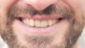 Feche acima dos bordos e dos dentes de sorriso do homem vídeos de arquivo