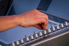 Feche acima dos botões audio do misturador foto de stock royalty free