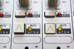 Feche acima dos botões e dos botões no misturador audio Botões e lâmpadas Imagem de Stock
