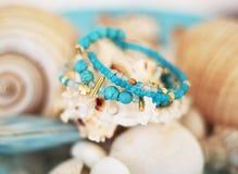 Feche acima dos braceletes de pedra preciosa de turquesa e de ágata fotografia de stock