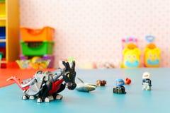 Feche acima dos brinquedos no ` s da criança que joga a sala Fotos de Stock Royalty Free