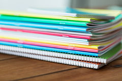 Feche acima dos cadernos na tabela de madeira Fotos de Stock