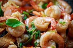 Feche acima dos camarões picantes com bacia quente Fotos de Stock Royalty Free