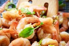 Feche acima dos camarões picantes com bacia quente Imagem de Stock