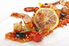 Feche acima dos camarões servidos com fatia de limão foto de stock royalty free