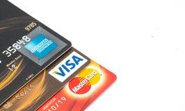 Feche acima dos cartões de crédito, do cartão mestre, do VISTO e do American Express Foto de Stock Royalty Free