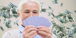 Feche acima dos cartões de jogo superiores felizes da mulher Imagem de Stock Royalty Free